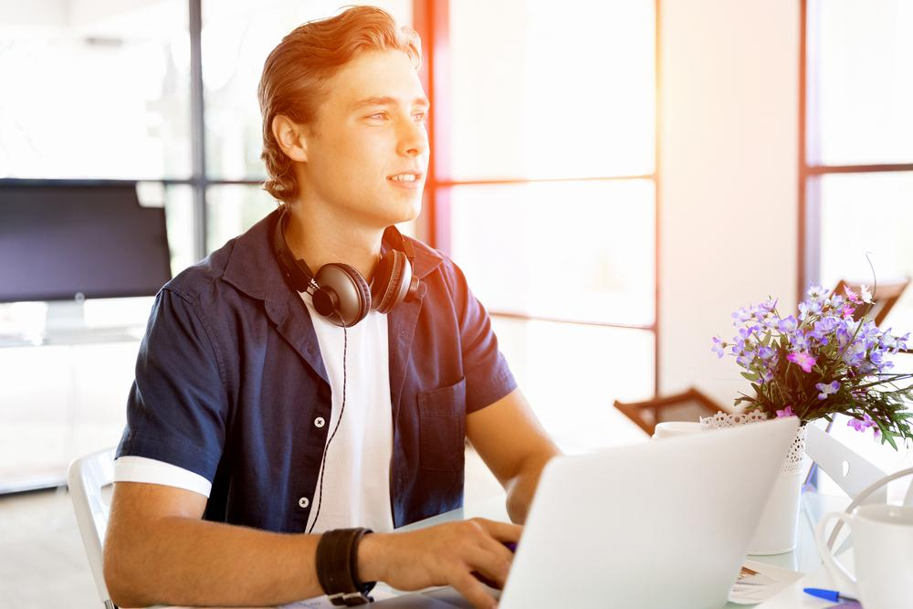 Junger Mann bietet seine Dienstleistung per Internet an.